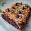 Brownie de chocolate com cobertura de amendoim