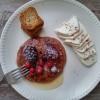 Panquecas de cereja e frutos vermelhos