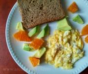 Ovos mexidos com abacate e laranja