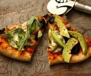 Pizza vegetariana (rúcula,abacate e azeitonas)