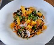 Salada com quinoa, feijão preto e laranja