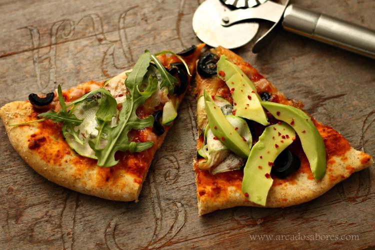 pizza vegetariana (rúcula, abacate e azeitonas)