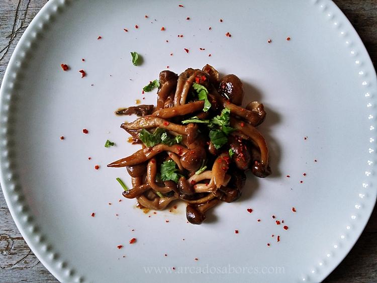 cogumelos shimeji salteados