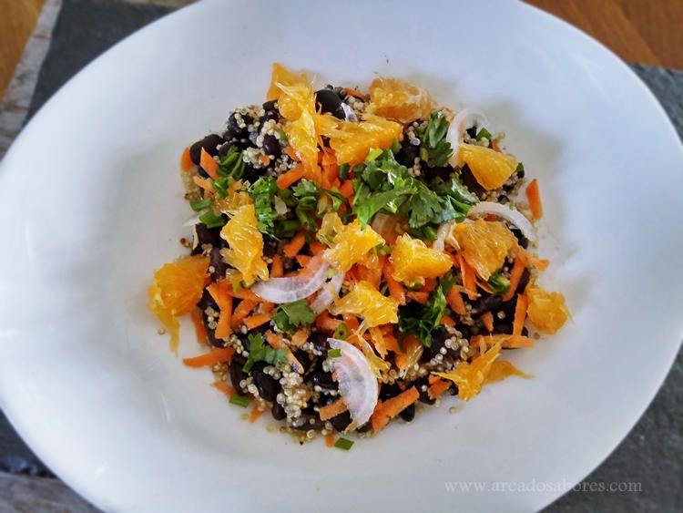 salada de quinoa, feijão preto e laranja