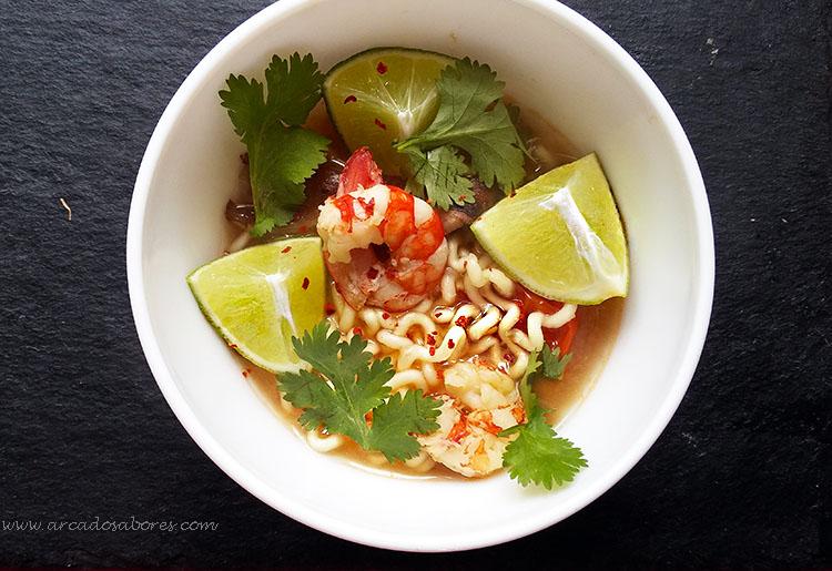 Sopa thai de noodles com camarão (Tom Yum)