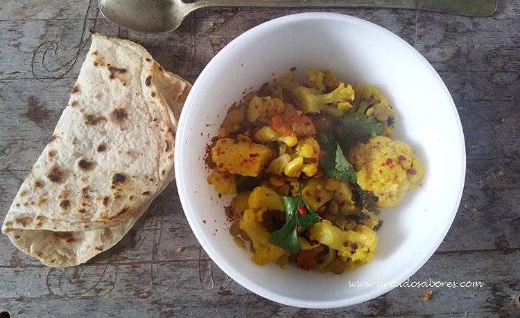 Caril de couve flor, lentilhas e batata doce